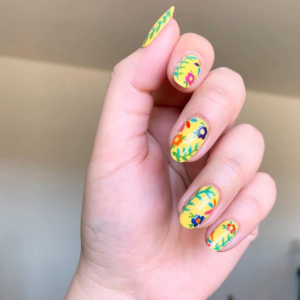 Trendy Summer Daisy Nail Art